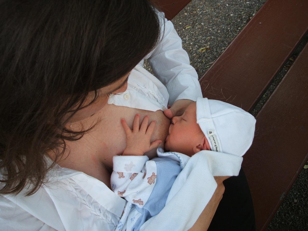 польза грудного вскармливания для матери и ребенка, преимущества кормления грудью