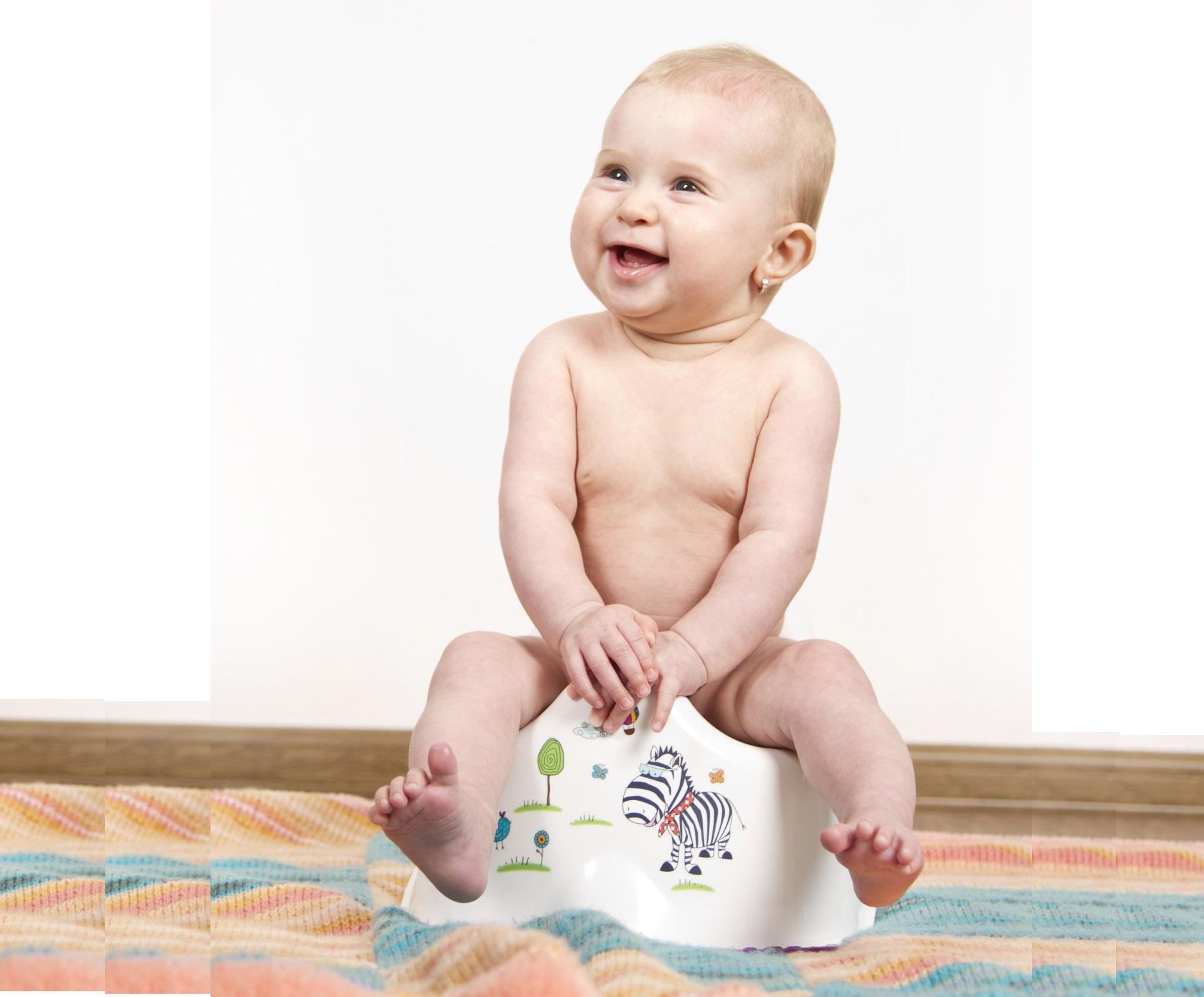 Счастливый ребенок на горшке. Со скольки приучать ребенка к горшку?