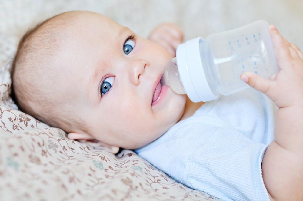 Нужно ли давать воду ребенку на грудном вскармливании