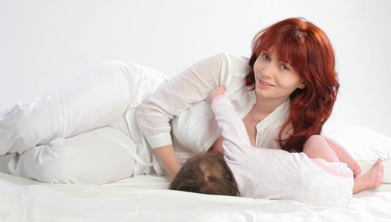 Удобная поза сидя для кормления новорожденного грудью
