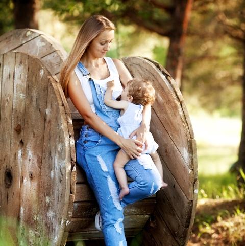 Удобная поза стоя для кормления новорожденного грудью